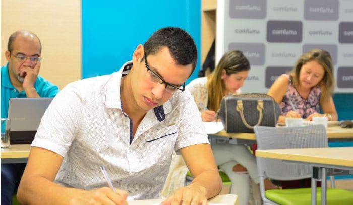Logros Colombia Transforma Moda hombre escribiendo